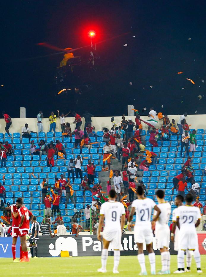 Een politiehelikopter moet na de zege van Ghana tegen gastland Equatoriaal-Guinea eraan te pas komen om de fans onder controle te houden.