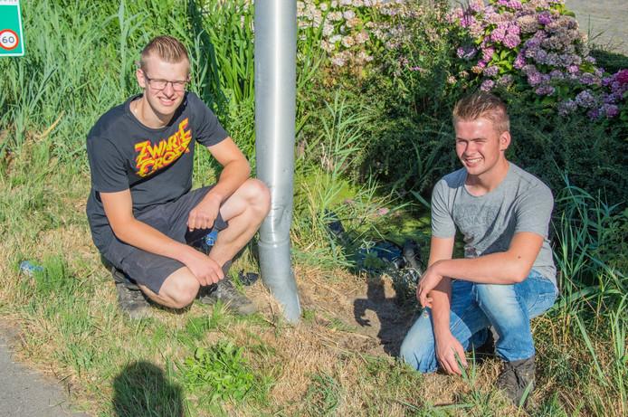 Rowin van der Arend (rechts) en Arthur Langerak hielpen de motorrijder uit de sloot.