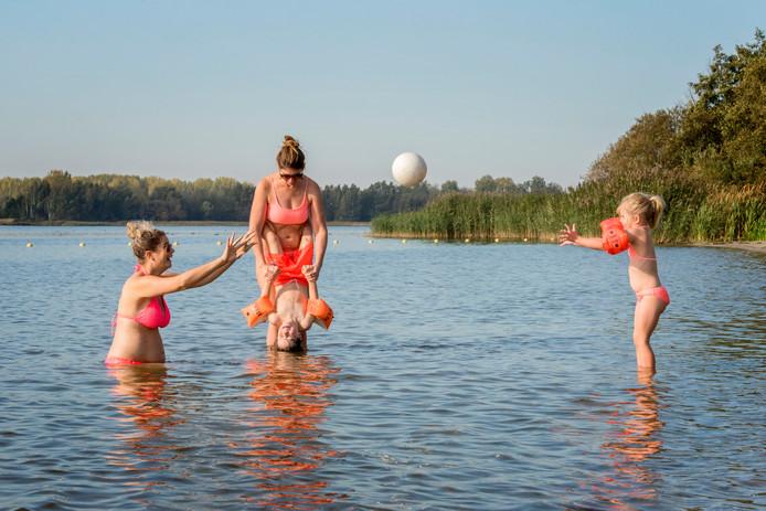 Zwemmen in het Nuldernauw bij Strand Nulde in Putten, zoals in de zomer van 2018, is nu even niet aan te bevelen vanwege een besmetting en kans op darmklachten.