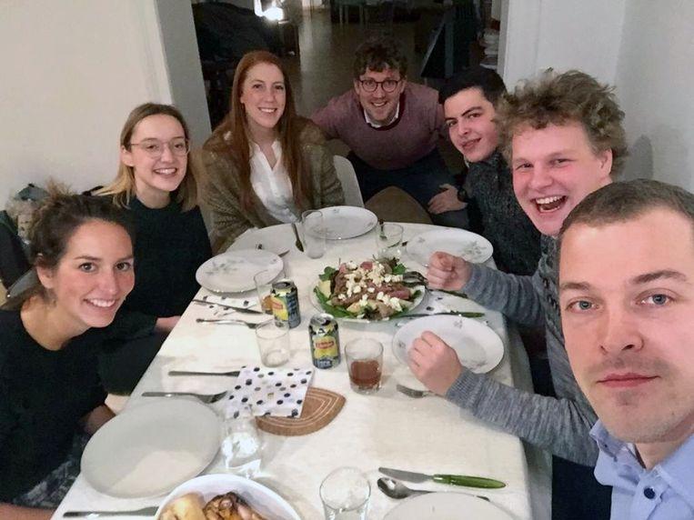 Liesbeth Vandermeeren (vooraan links) en de jongeren van CD&V steunen de blokkende studenten in Leuven.