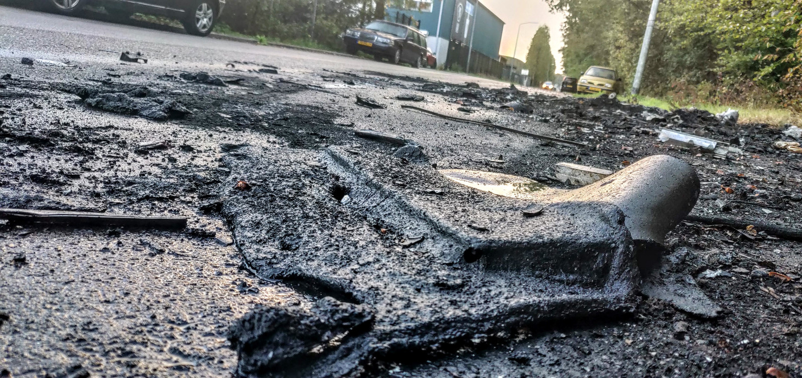 De resten na een voertuigbrand in oktober in de Fornheselaan.