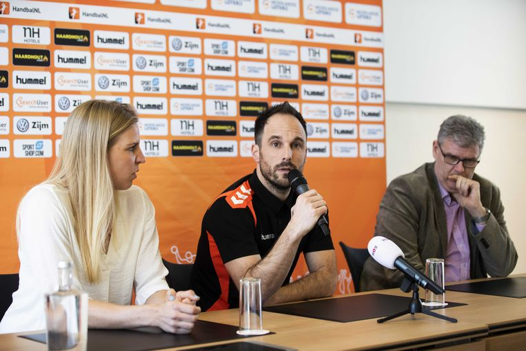 Danick Snelder, aanvoerster van Oranje, en technisch directeur Paul van Gestel presenteren de nieuwe bondscoach, Emmanuel Mayonnade (midden), aan de pers. Beeld ANP