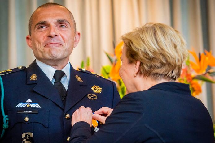 Bij het Nationaal Militair Complex aan de Brasserskade in Den Haag is Emanuel Thomeer (47) uit Veldhoven benoemd tot Ridder in de Orde van Oranje-Nassau met de zwaarden. Defensieminister Ank Bijleveld huldigt hem.