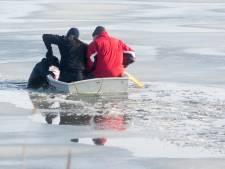 Politie redt met bootje door ijs gezakte hond in Terneuzen
