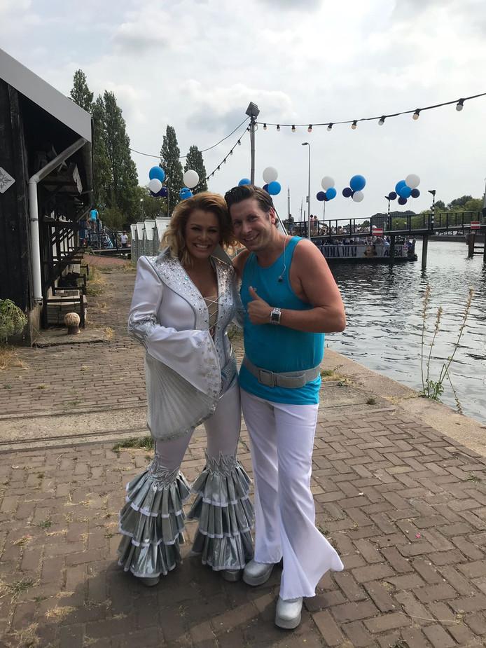 Tijd om te boarden op de Regenboogboot voor de Gay Pride in Amsterdam, met 100 opvarenden uit Eindhoven.