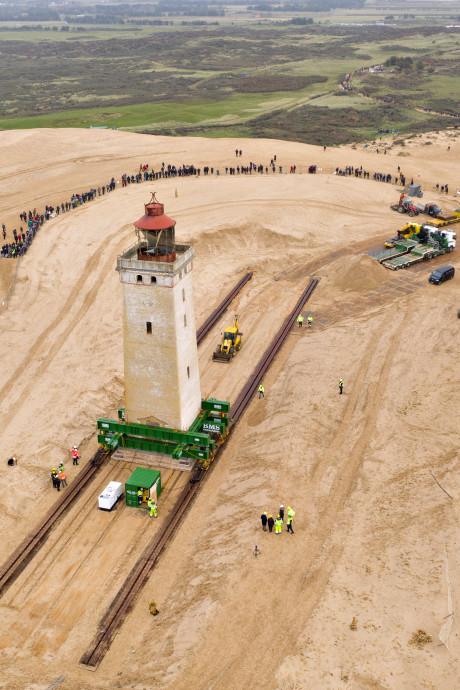 Deense vuurtoren van 722 ton is gered en 80 meter landinwaarts verplaatst