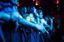 Fans van Iron Maiden tijdens het concert in Arnhem.