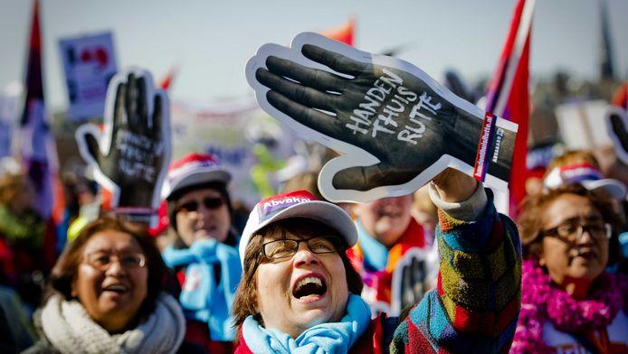 Archieffoto van thuiszorgmedewerkers die demonstreren in Den Haag tegen de bezuinigingen op de thuiszorg die het kabinet wil doorvoeren. .