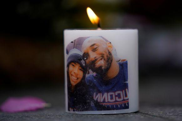 Een foto van Kobe Bryant en zijn dochter Gianna op een kaars ter nagedachtenis van de twee overledenen.