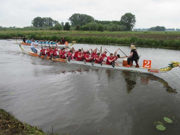 -Voor de derde keer vinden vandaag Drakenboot races plaats in een kanaal tussen Almkerk en Uitwijk