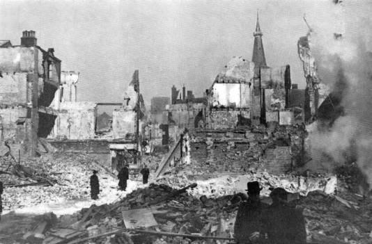 De verwoeste Broerstraat enkele dagen na het bombardement.
