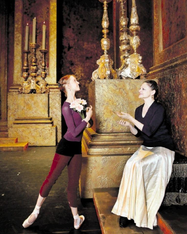 De Finse ballerina Anu Viheriÿranta (links) en Jeanette Vondersaar. (FOTO MAARTJE GEELS) Beeld