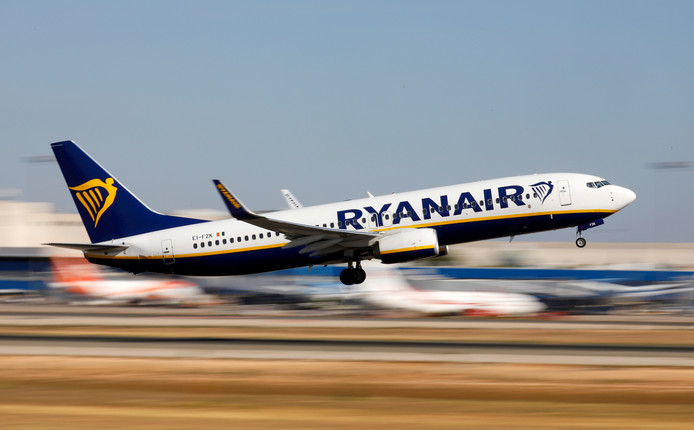 Ryanair a annoncé lundi que son bénéfice net avait chuté de 29% lors de son exercice comptable 2018-2019 à cause d'une baisse des prix des billets, sur fond de concurrence effreinée.