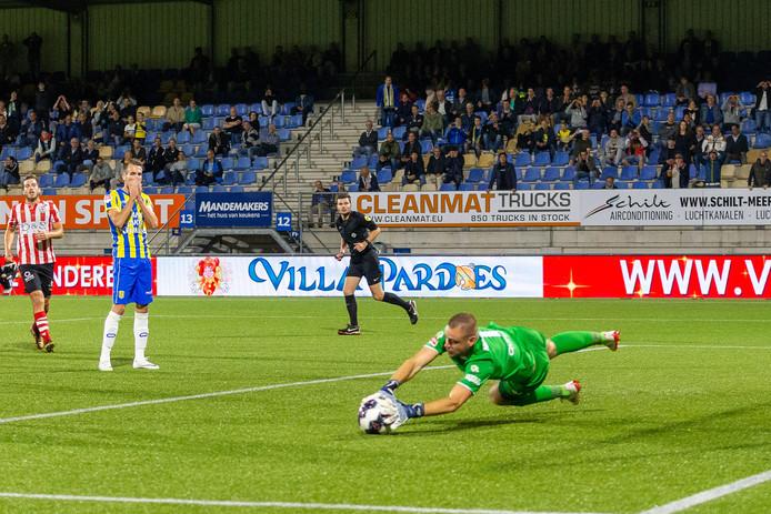Aanvoerder Kevin Vermeulen mist bij een 0-1 stand de strafschop, afgedwongen door invaller Jari Koenraat.