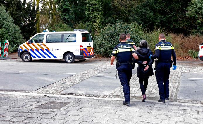 De politie hield in Dordrecht een verwarde en gillende vrouw aan.