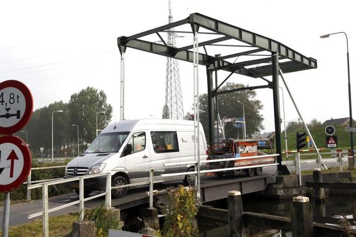 Zwaar verkeer maakt vaak gebruik van de Cröddenbrug, wat leidt tot veel schade. ,,Eeuwig zonde dat er zo met dit erfgoed wordt omgegaan.'' foto Ab Hakeboom