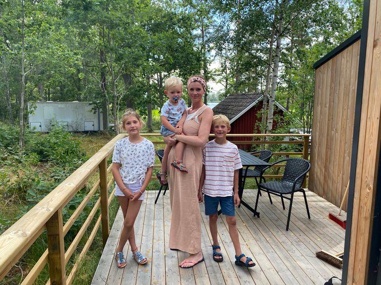 Katrien Joossen met haar drie kinderen in een huisje in de Zweedse natuur.