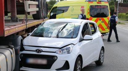 Bejaarde man wordt onwel en botst tegen geparkeerde vrachtwagen
