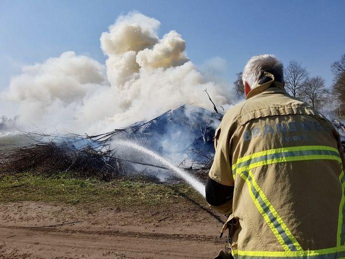 Aan de Doevenweg in Tubbergen is zaterdagmiddag een paasvuur in brand gestoken.