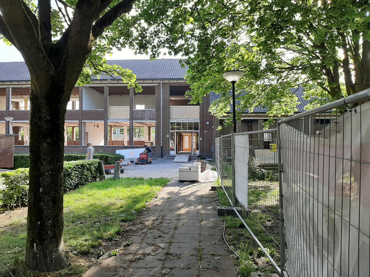 Het voormalig schoolgebouw aan de Hoenderparkweg wordt omgebouwd tot een appartementencomplex.