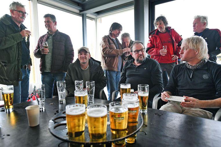 De derde helft in het eigen clubhuis is het hoogtepunt van de zaterdag. Beeld Guus Dubbelman
