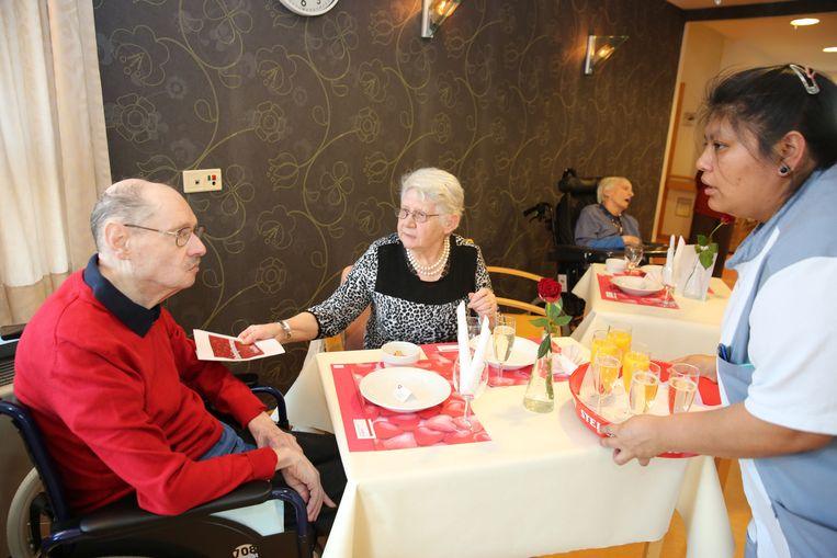 Etenstijd in het Zonnig Huis in Halle. De maaltijden krijgen er een score van 3,9 op 5.