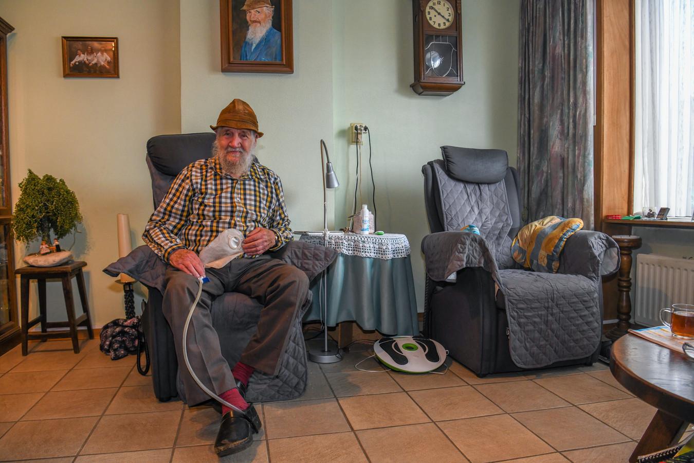 Bert van Eijndhoven met zijn uitvinding voor mensen met een stoma.
