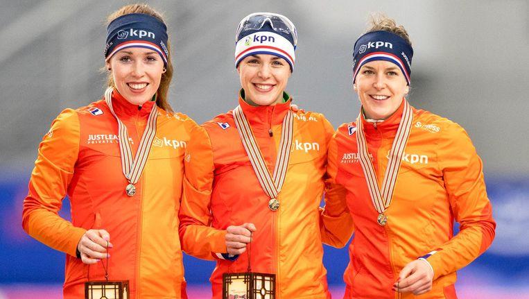 Antoinette de Jong, Marrit Leenstra en Ireen Wust tijdens de medailleuitreiking van de ploegachtervolging op het WK Afstanden. Beeld anp