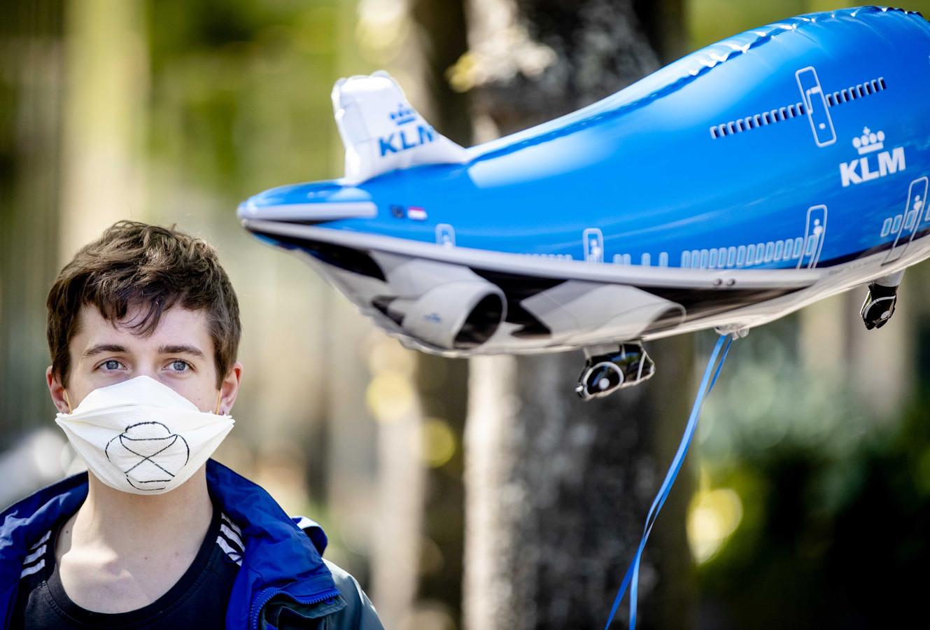 Demonstranten met ballonnen in de vorm van KLM-vliegtuigen tijdens een actie inzake de kabinetssteun aan KLM.