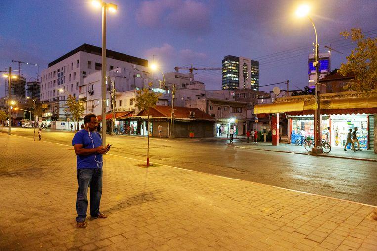 Een immigrant in de verloederde wijk Neve Sha'anan in Tel Aviv. Beeld Geert van Kesteren