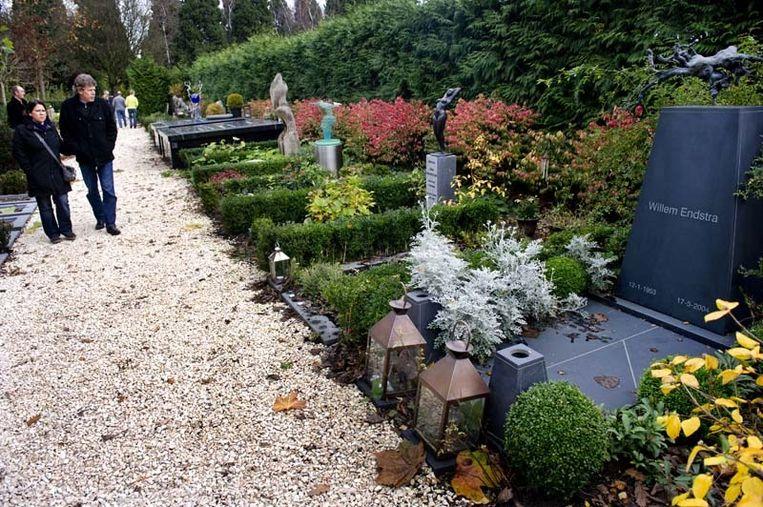 Het graf van Willem Endstra (1953 - 2004) op begraafplaats Zorgvlied in Amsterdam. © ANP Beeld