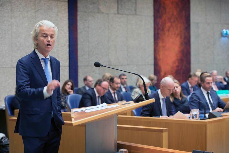 Geert Wilders van de PVV als eerste spreker tijdens de Algemene Politieke Beschouwingen. Op de achtergrond de ministers van het kabinet Rutte-III in vak K.  Beeld Werry Crone