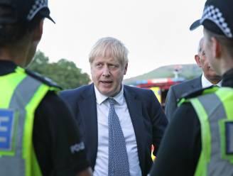 """Boris Johnson bezoekt door dambreuk bedreigde gemeente, """"waterpeil gezakt, maar nog altijd aanzienlijk gevaar"""""""