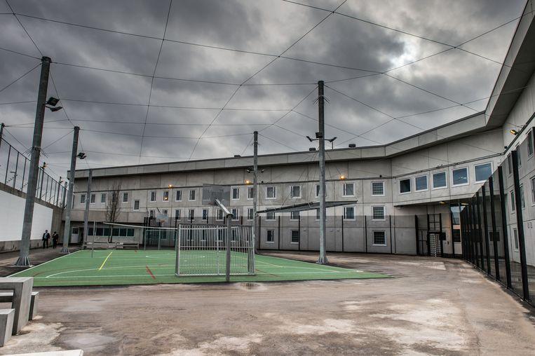 Het binnenplein van de gevangenis van Beveren, de penitentiaire instelling die naast de E17 ligt en in 2014 in gebruik werd genomen.