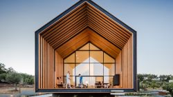 Dit huis heeft een fantastisch terras, maar voor autoliefhebbers zit het mooiste vanbinnen