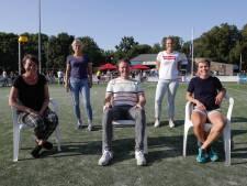 Mark Glissenaar bij Tempo omringd door vier vrouwen