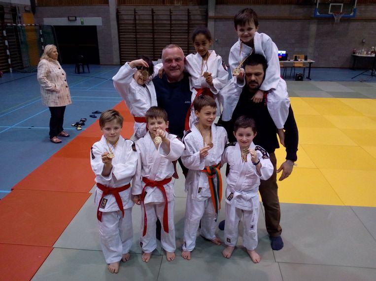 Hoofdtrainer Jan Van Holder en trainer Renaud Henssens met de pupillen van Judoclub Lennik