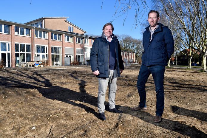 Kees van Loon (links) en Edwin Schoonderbeek bij de voormalige school.