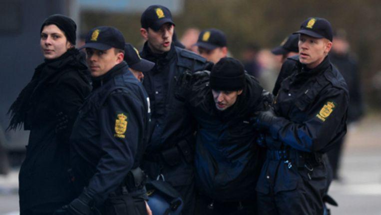 Later in de ochtend vuurden agenten ook traangas af op een groep van 1500 demonstranten die door een politieafzetting bij het congresterrein probeerde heen te breken. Foto EPA Beeld
