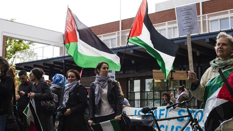 Tegenstanders van het aangaan van een stedenband met Tel Aviv demonstreren bij het stadhuis, 18 juni. Beeld Maarten Brante