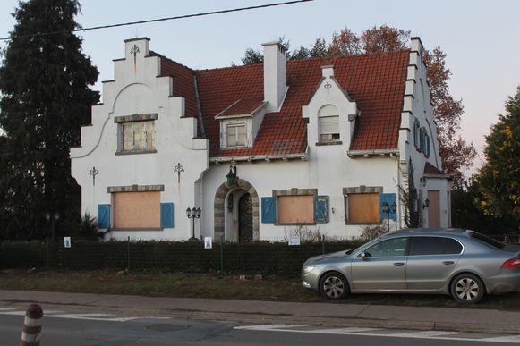 Dinsdag wordt de witte villa leeggehaald door een professionele firma. Daarna gaat het gebouw tegen de grond.
