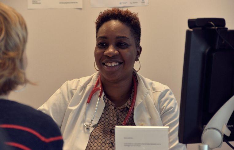 Fatou is één van de nieuwkomers aan het woord in de podcast Stemkleur. Fatou kwam in 2010 met een bang hart naar België. In Senegal werkte ze als arts en het risico haar carrière op het spel te zetten was niet onbestaand.