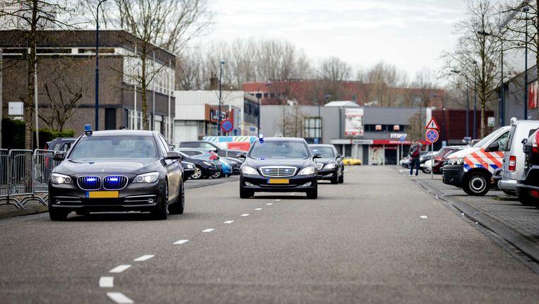 Geblindeerde autos komen aan bij de rechtbank in Amsterdam Osdorp voor de voortzetting van de strafzaak Holleeder. Beeld anp