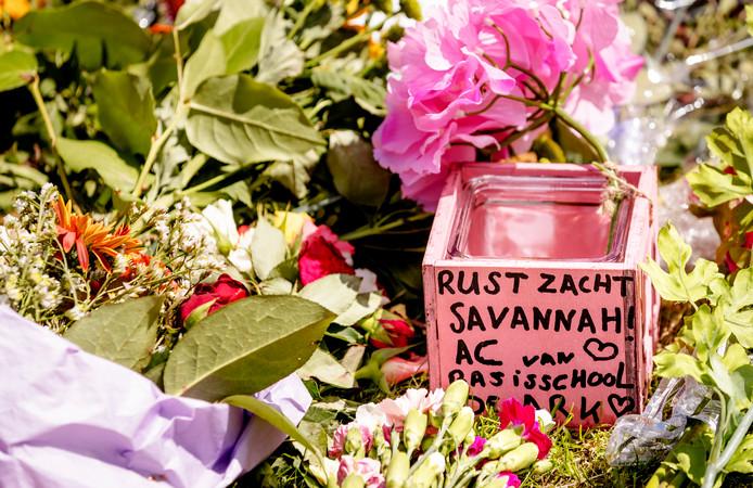 2017-06-11 12:21:52 BUNSCHOTEN - Bij het Oostweide College ligt een bloemenzee ter nagedachtenis aan de om het leven gebrachte leerling Savannah. Het lichaam van het 14-jarige meisje werd gevonden in een sloot op een industrieterrein in Bunschoten. ANP ROBIN VAN LONKHUIJSEN