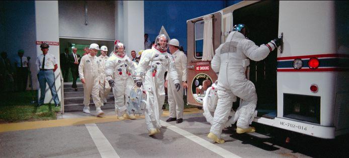 De bemanning van de Apollo 11 gaat op weg naar het lanceerplatform (Scène uit de film Apollo 11).