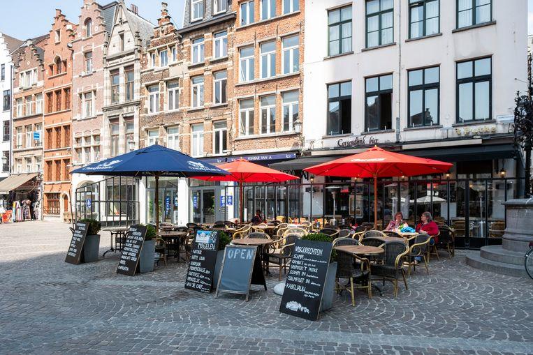 Nog meer lege terrassen in Antwerpen tijdens de hittegolf.