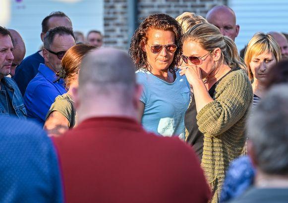Veel mensen kwamen de twee zussen van de vermoorde Dominique V. (40)  en haar kindjes Jack (9) en Jamie (11)  een hart onder de riem steken.