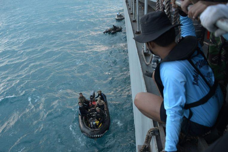 Duikers zoeken naar wrakstukken van de vlucht van AirAsia