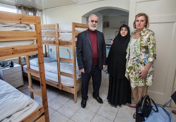 Het echtpaar Yildirim in hun tijdelijke onderkomen, links van hen Myra Koomen.