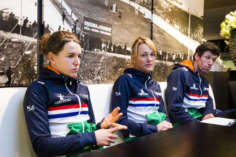 (VLNR) Ireen Wust, Marianne Timmer en Gianni Romme tijdens de persconferentie in Thialf. Topschaatsster Wust houdt het na een jaar alweer voor gezien bij Team Continu. Beeld anp